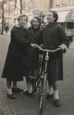 Ita Visser, Liesbeth list en Ineke Beekman met fiets in de hand op Vlieland