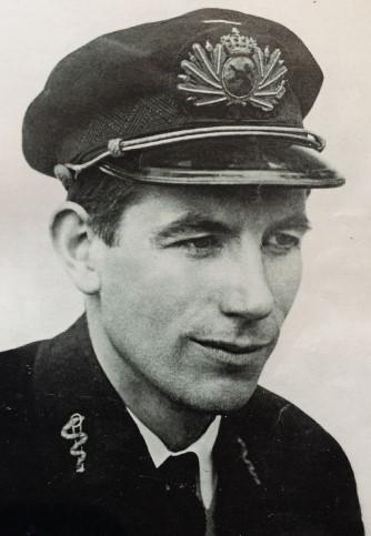 Foto van J.J. Slauerhoff in zijn uniform als scheepsartsofficier