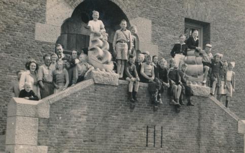schoolreis klas Vlieland op trap gebouw, rechts met geruit rokje liesbeth List