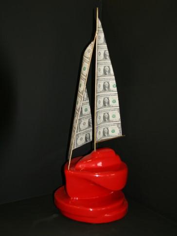 Sculptuur van Ludo van Well genaamd Money boats make the world go round. Het rode schip heeft zeilen van dollarbiljetten