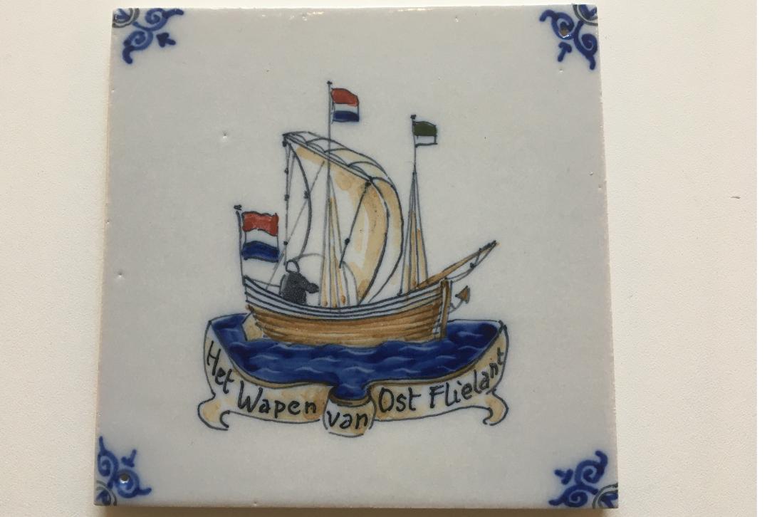 Tegel met wapen van Oost-Vlieland zijnde de zeepinck, de vroegere loodsboot
